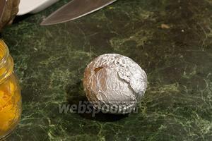 Заворачиваем каждую картофелину в фольгу и укладываем на лист или решётку.