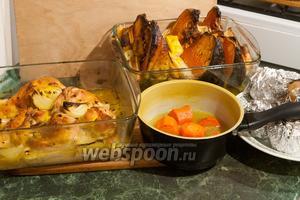 Запекаем одновременно все продукты в духовке, предварительно разогретой до 230°С, на протяжении 1 часа. Запечённое жаркое немедленно сервируем на большое блюдо, разломив картофель на более мелкие куски, и сразу подаём к столу, где каждому будет сервироваться порция с добавлением всех ингредиентов жаркого из цыплят с тыквой. Приятных гастрономических впечатлений!