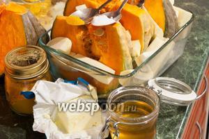 Укладываем во второе деко тыкву, пастернак, дольки очищенного чеснока. Приправляем всё морской солью и куркумой. Поливаем сиропом из персиков. Укладываем поверх овощей кусочки сливочного масла.
