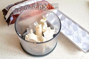 Теперь нужно по очереди пробить в блендере пломбир и шоколадное мороженное с кубиками льда. Лёд в процессе раздробится на мелкие кусочки. На каждую порцию мороженного брала по 3 кубика льда.