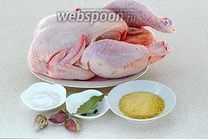 Для приготовления сальтисона нужно взять крупную тушку цыплёнка или курицы, желатин, чеснок, чёрный перец горошком, лавровый лист и крупную соль.
