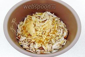 Мясо снова выложить в мультиварку, добавить мелко нарезанный чеснок, засыпать желатином и перемешать.