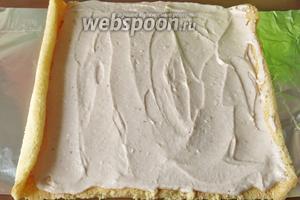 Наносим сироп — 1 ложка сахара в горячей воде. Распределяем крем, края рекомендую смазывать тонким слоем, иначе крем вытекает.
