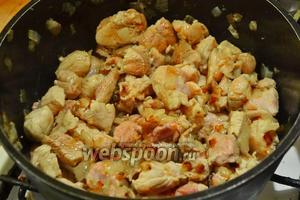 Мясо жарить пока не поменяет цвет, добавить сладкую паприку и молотый перец.