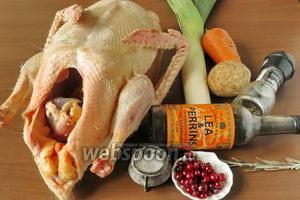 Подготовим гуся, овощи и специи, клюкву.