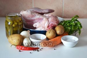 Подготавливаем необходимые ингредиенты: тушку кролика, картофель, лук, морковь, огурцы солёные, петрушку, острый перец, прованские травы, морскую соль, душистый перец горошком.