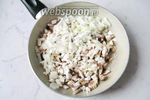 Репчатый лук почистить, помыть, мелко нарезать и добавить к грибам. Налить подсолнечное масло.