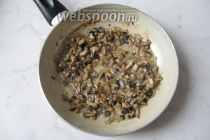 Жарить грибы с луком 10-15 минут, перемешивая, до готовности.