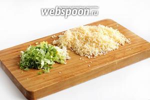 Сыр натереть на мелкой тёрке, чеснок и лист салата мелко нарезать.