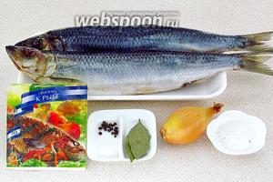 Для приготовления блюда нужно взять свежемороженую сельдь, крупную луковицу, лимонную кислоту, приправу для рыбы, лавровый лист, чёрный перец горошком и соль.