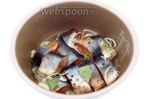 Лимонную кислоту и соль растворить в 3/4 стакана воды и залить этим раствором рыбу.