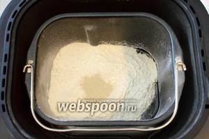 Я готовила тесто с помощью хлебопечки, закладывала ингредиенты по инструкции, у меня сначала вода, соль, сахар (0.5 ст. л.), масло растительное (2 ст. л.). Затем мука и дрожжи, муку необходимо предварительно просеять. Готовила на режиме «Тесто». У меня время приготовления составляет 1 час 20 минут. При приготовлении теста обычным способом — сначала ставим опару: 1/2 часть воды тёплой, сахар, дрожжи и немного муки. Даём подняться. Затем добавляем остальную воду, муку и растительное масло, замешиваем слегка липнущее тесто. Оставляем в тёплом месте для подъёма.