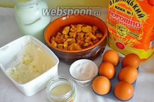Для слоёных дрожжевых булочек нужно взять муку, шкварки, смалец (жир свиной), яйца, дрожжи, соль, сметану.