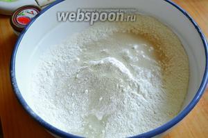 Муку, как и обычно во всех рецептах, просеять через сито. Добавить соль и дрожжи.