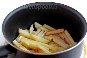 Картофель обжарить до полуготовности на растительном масле.