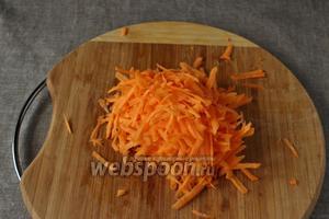 Морковь натрём на средней тёрке. Лук и морковь обжарим на растительном масле до мягкости.