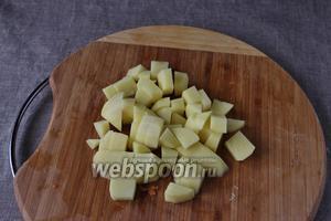 Картофель нарежем на кубики.