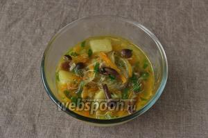 Суп с фунчозой готов, подаём горячим. Приятного аппетита.