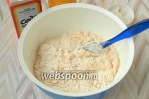 Затем в тесто добавлять ещё муку, делая его всё гуще.