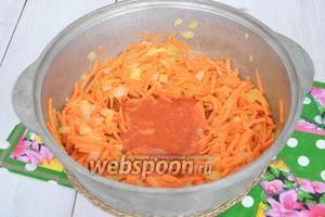 Добавим морковь и жарим на среднем огне 4 минуты. Добавим соус, перемешаем и обжарим всё ещё 2 минуты.