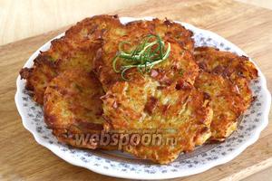 Драники с колбасой готовы, подавайте их тёплыми со сметаной и зеленью.