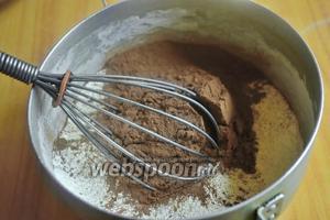 Смешать в сотейнике муку с какао и сахаром. Тоненькой струйкой ввести воду, постоянно помешивая венчиком, чтобы не образовались комочки. Заварить крем на небольшом огне до загустения, влить коньяк и ванильный сахар.