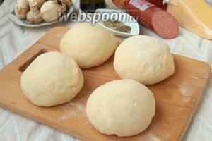 Тесто разделить на 4 колобка. При желании можно сделать небольшие пиццы и разделить тесто на больше частей.