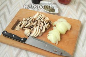 Для начинки пиццы нарезать тонко лук и шампиньоны.