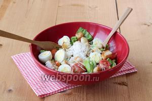 Посыпать сырной стружкой, встряхнуть и без промедления подавать. Приятного аппетита!