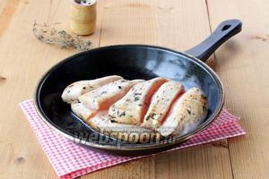 Чистое филе посыпать молотыми специями, сделать несколько надрезов и обжарить на сливочном масле до готовности. Остудить, разделить кубиками.