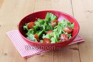 Приступить к сборке. Порвать салатные листья, добавить половинки или четвертинки томатов.