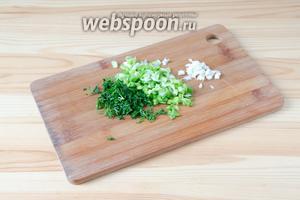 Зелёный лук, укроп и чеснок мелко нарезаем.