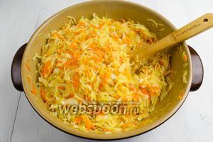 На дно сковороды добавить горячую воду. Помешивая, продолжить тушение капусты до мягкости.