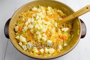 К тушеным овощам добавить кусочки очищенных яблок. Перемешать. Подержать на огне ещё 5-7 минут.