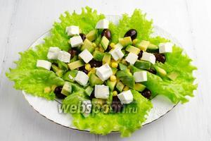 Разложить на листьях подготовленные ингредиенты.
