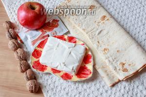 Для приготовления возьмите лаваш тонкий, яблоки, творог, грецкие орехи и корицу.