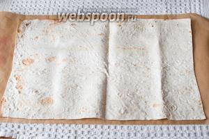На пергаменте расстелите тонкий лаваш.