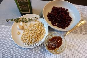 Готовим брусничный песто. Для него возьмём бруснику, кедровые орешки, мёд, чеснок, тимьян, оливковое масло и немного соли.