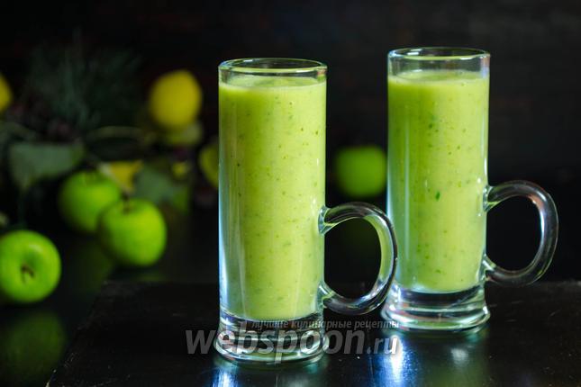 Фото Зелёный напиток из авокадо и яблока