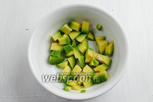 Авокадо очистить. Нарезать кубиком. Обильно полить соком лимона.