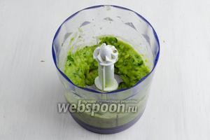 Авокадо и подготовленную зелень с имбирем пюрировать. Смешать с яблочным пюре.