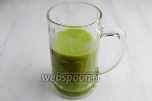 Влить в полученную массу охлажденный зелёный чай (сок или минеральную воду). Выровнять вкус напитка, добавив сок лимона.