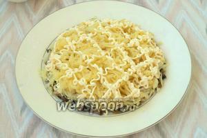 Сваренный картофель почистить и натереть на тёрке, выложить сверху грибного слоя. Картофель немного посолить.