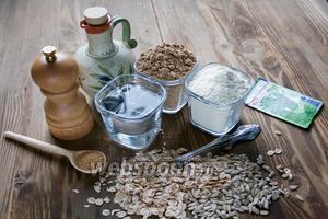 В рецепте нам понадобится льняная и пшеничная мука, зерновые хлопья (3 ст. л.), семечки, вода, соль, сахар, масло растительное любое (у меня оливковое), дрожжи сухие.