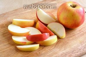 Яблоки для шарлотки вымойте и нарежьте крупными ломтиками или дольками. Можно предварительно почистить, но я яблоки в выпечке всегда оставляю с кожицей.