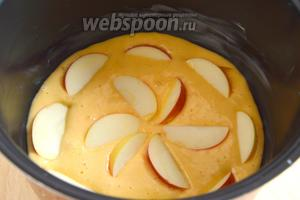 Смажьте чашу мультиварки кусочком масла, выложите в нее тесто, сверху распределите яблоки. Включите режим «выпечка».