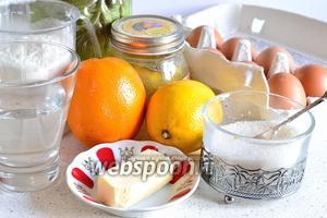 Приготовим необходимые продукты — лимон, апельсин, муку, яйца, сахар, сливочное масло, мёд, немного воды и растительное рафинированное масло.