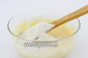 Добавляем смесь пшеничной муки и лопаткой хорошо перемешиваем до однородной консистенции.