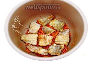 Выложить 2/3 смеси лука и моркови в отдельную посуду, а оставшуюся смесь разровнять и разложить на ней 1/2 часть рыбы.