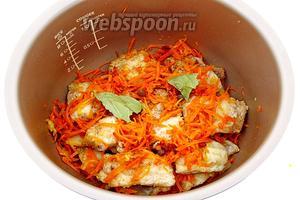 Закрыть рыбу оставшейся морковно-луковой поджаркой, добавить горошины перца и крупно разломанный лавровый лист.